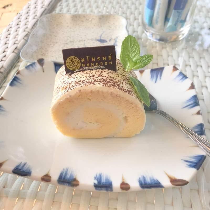 チェンライのリバーサイドカフェManorom Coffeeのココナッツミルクロールケーキ