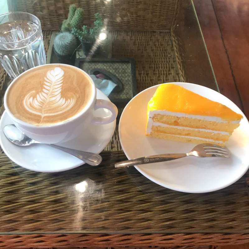 チェンライのおすすすカフェ「Lee Hu Doichang Coffee」を写真で紹介します。カフェラテやケーキがおいしい。