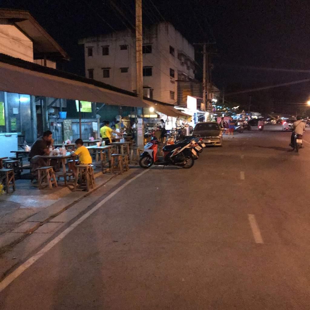 チェンマイの深夜の唐揚げ屋