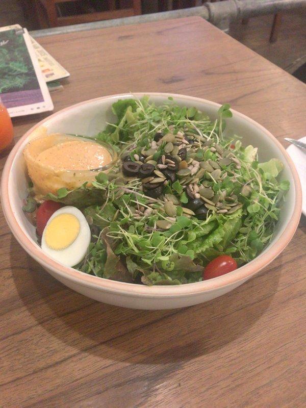 チェンマイのおすすめのオーガニックレストラン「オーカジュ空港支店」でサラダや野菜ジュースを食べました