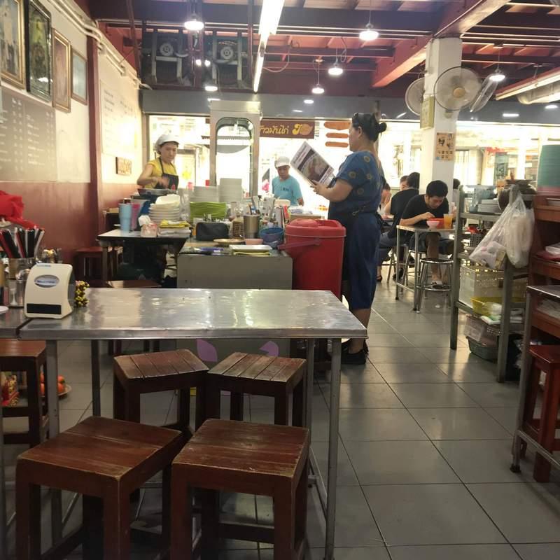 バンコクの巨大カオマンガイで有名な「シールアンポーチャナー」で普通サイズのカオマンガイを食べてみた。
