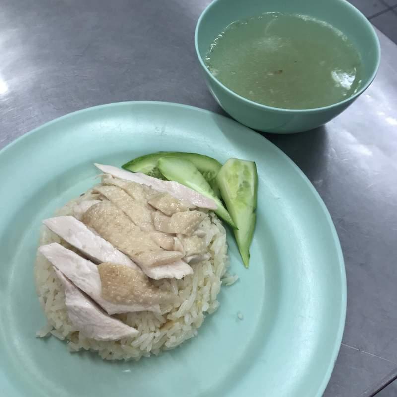 ピンクのカオマンガイGo-Ang Pratunam Chicken Riceのカオマンガイ