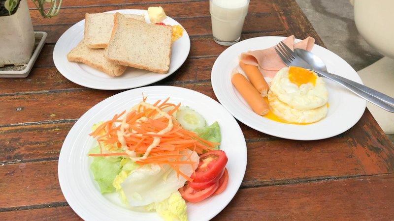 バンコクのムービーロッジホステルで食べた無料の朝食バイキング